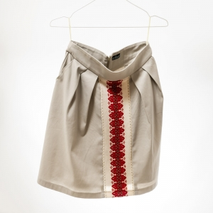 Beige skirt with traditional brick pattern, with high waist, pleats in front and side pockets.
