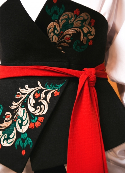 Embroidered corset belt in black