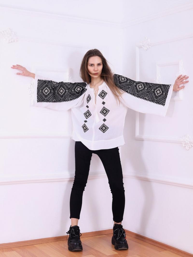 Bluza dama tip ie stilizata cu broderie de inspiratie romaneasca Banat FLORII