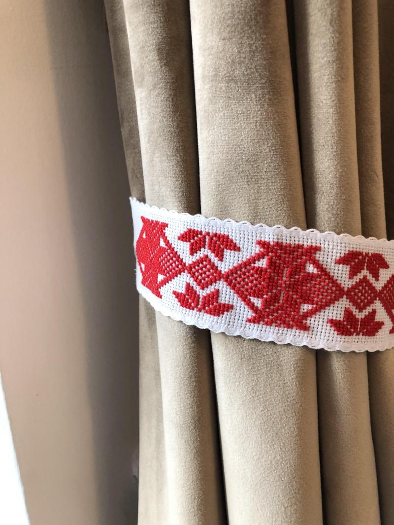 Legatoare de draperii rustice romanesti cusute manual in Maramures comunitatea de mestesugari  Ie de Maramu
