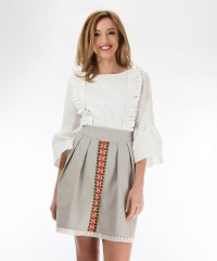 Gray skirt with woven red pattern, with traditional inspiration, with pleats and side pockets, and cotton lace border.