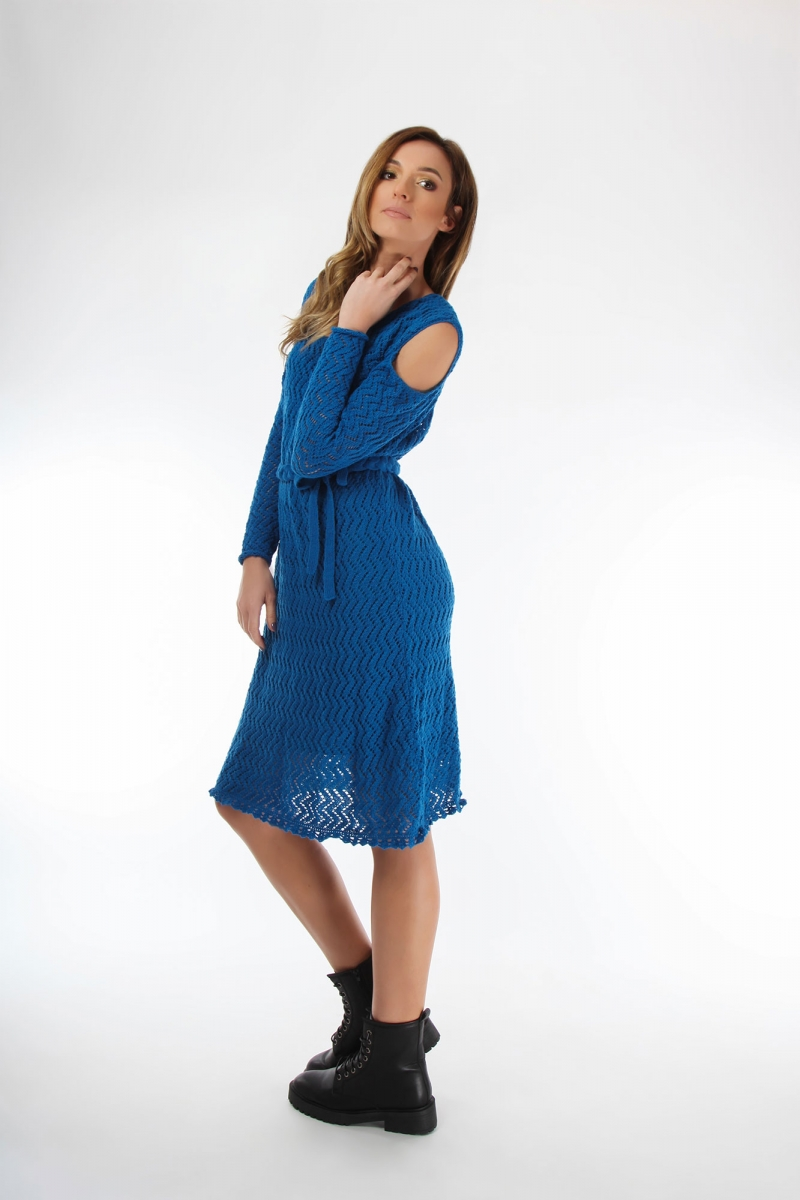 Knitted dress in blue with lace pattern and long sleeves