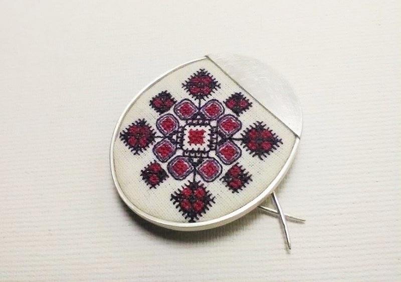 Brosa argint cu simbol traditional cusut manaul pe pe pânză de bumbac -Motiv din Banat- bijuterii motive traditionale