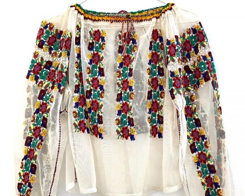 Ie veche pe tulle cu broderie florala si paiete cusuta manual in anii 80 curatorie Valcea