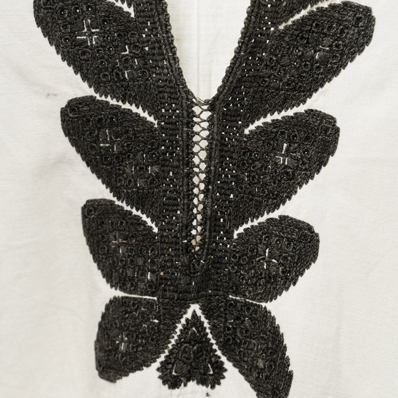 Camasa ie veche romaneasca  transilvaneana inceput de secol XX alb cenusiu cu broderie neagra curatorie Blouse Roumaine Shop